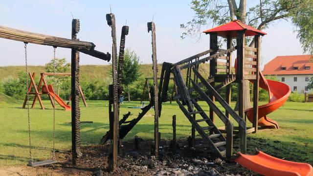 U Slavonskom Brodu netko zapalio dječje igralište, Grad: 'Čim obnovimo, netko uništi'