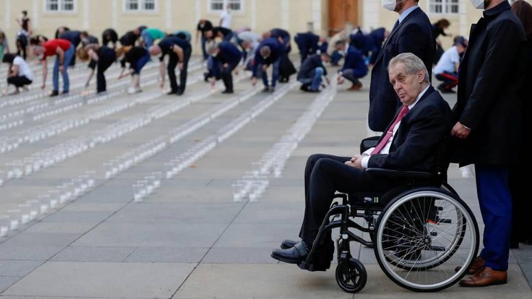 Miloš Zeman mahao kamerama kad je ulazio u bolnicu: Ne zna se razlog zašto su ga odvezli...