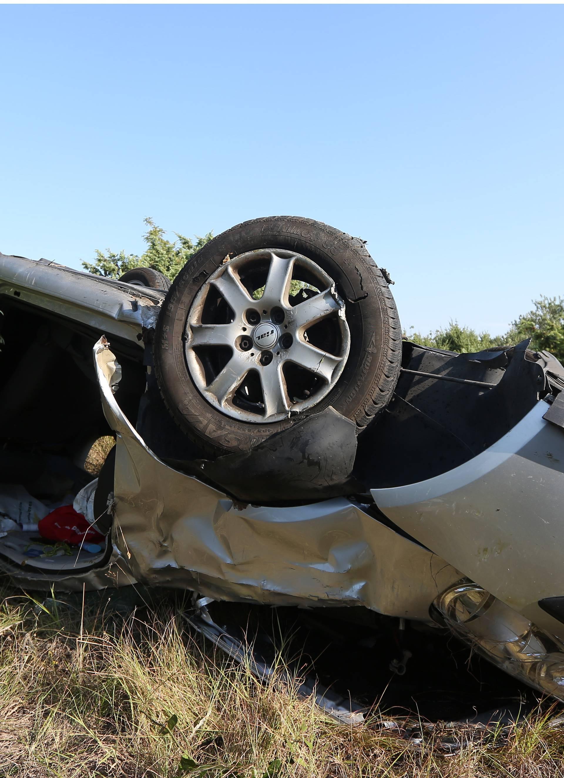 Autom sletjeli s ceste: Poginuo muškarac, žena je ozlijeđena