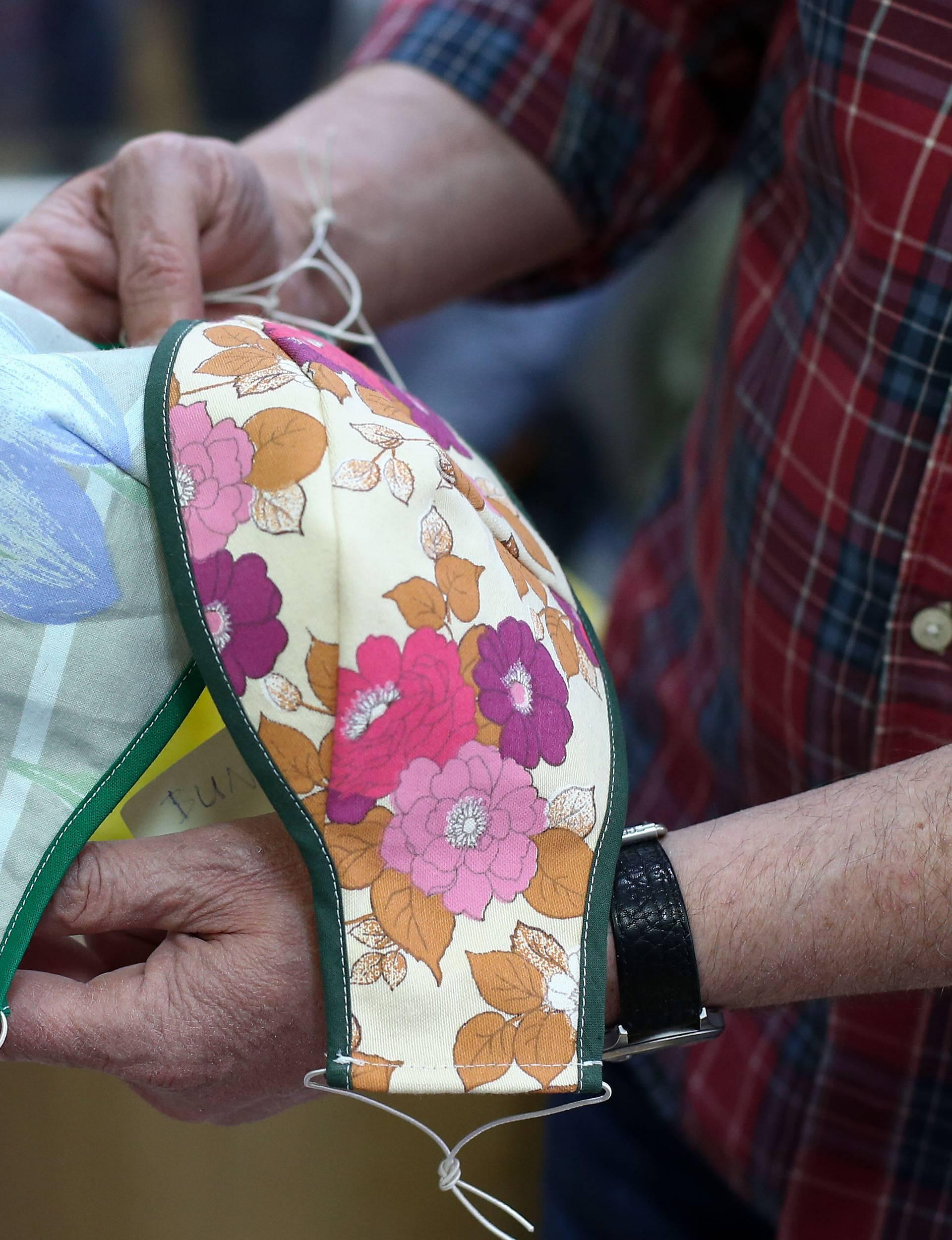 Češka policija nudistima: Bez gaća smijete, ali bez maski ne!