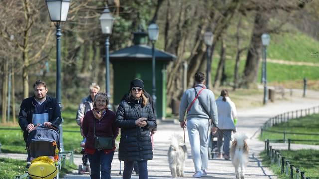 Sunčan dan u Zagrebu, građani unatoč koronavirusu izašli u park Maksimir