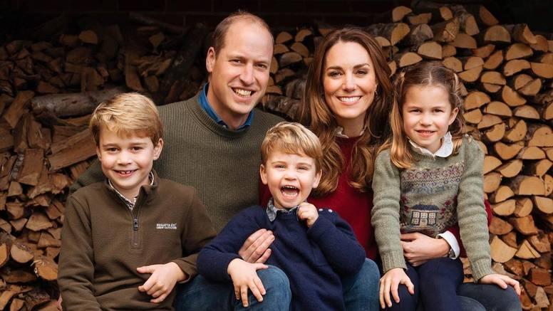 Princeza Charlotte privukla je pažnju na božićnoj fotografiji: Nevjerojatno koliko sliči kraljici