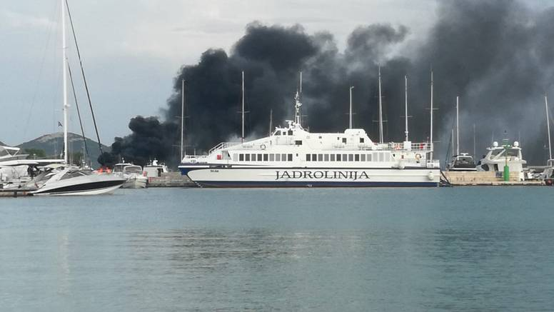 S brodice u plamenu kod Ista spasili su obitelj iz Slovenije