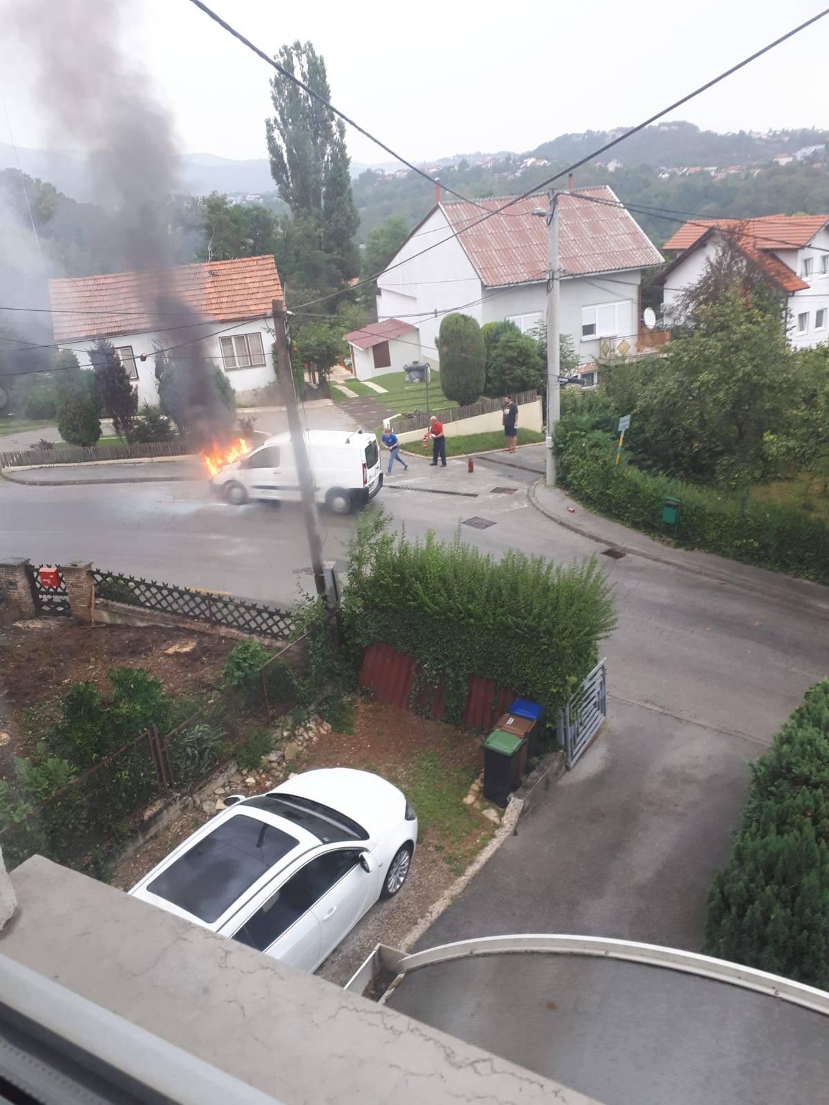Zapalio se kombi u Zagrebu, stanari ulice pomogli u gašenju