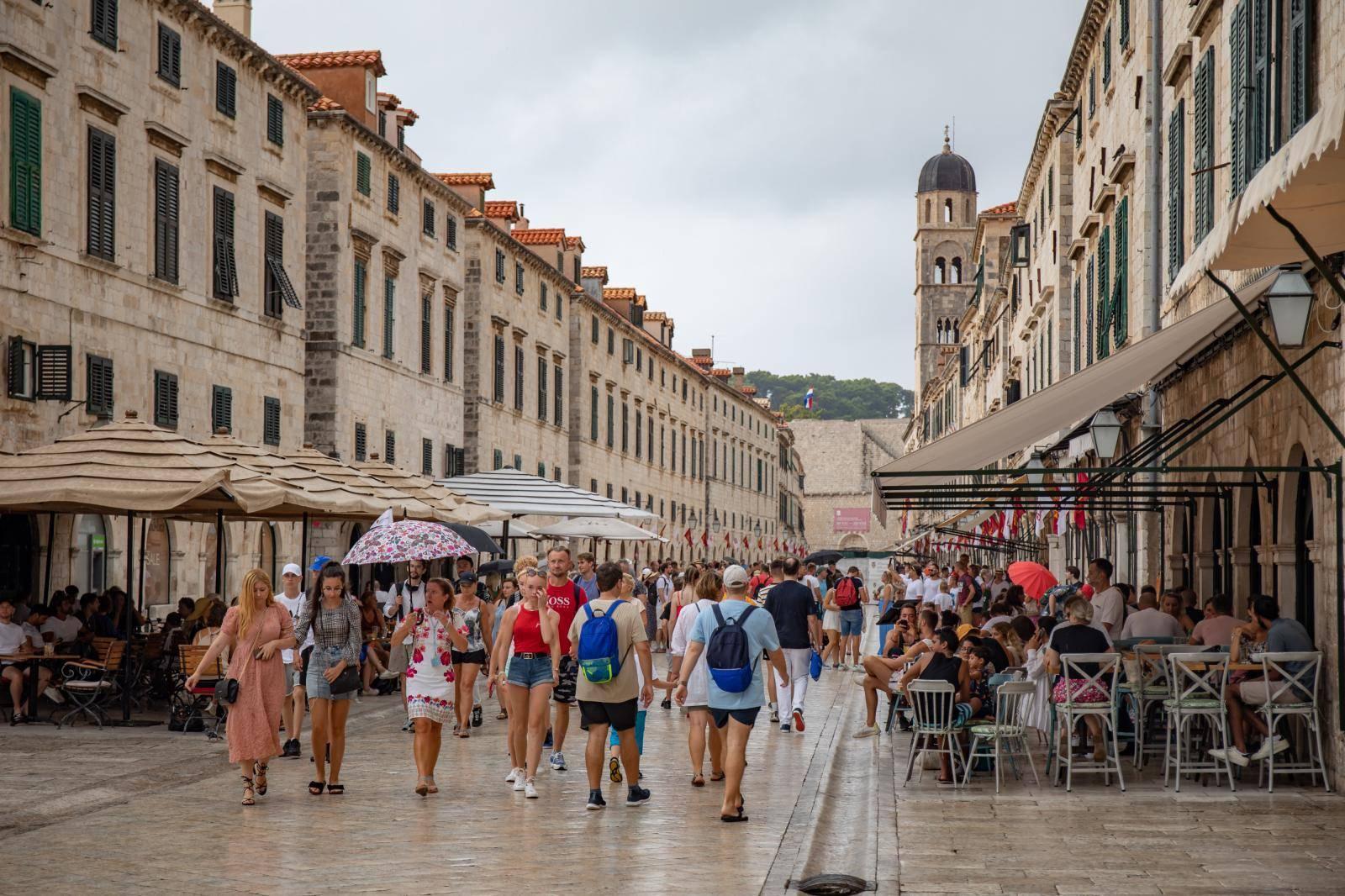 Dubrovnik: Kiša nije omela brojne turiste u razgledavanju grada