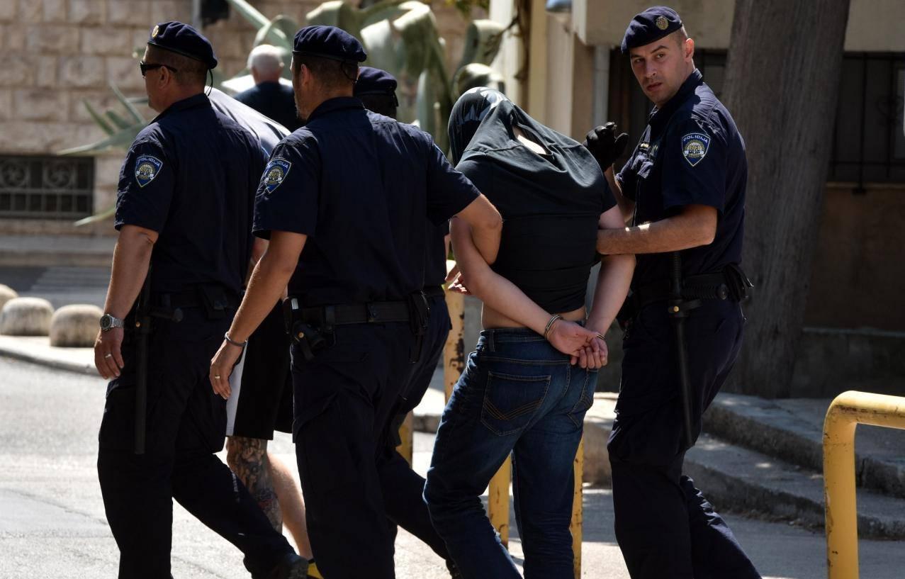 Privođenje osumnjičenih u policijsku postaju u Šibeniku