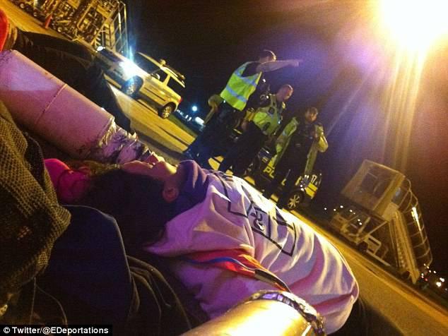 Blokirali aerodrom: Aktivisti se na uzletnoj pisti vezali lancima