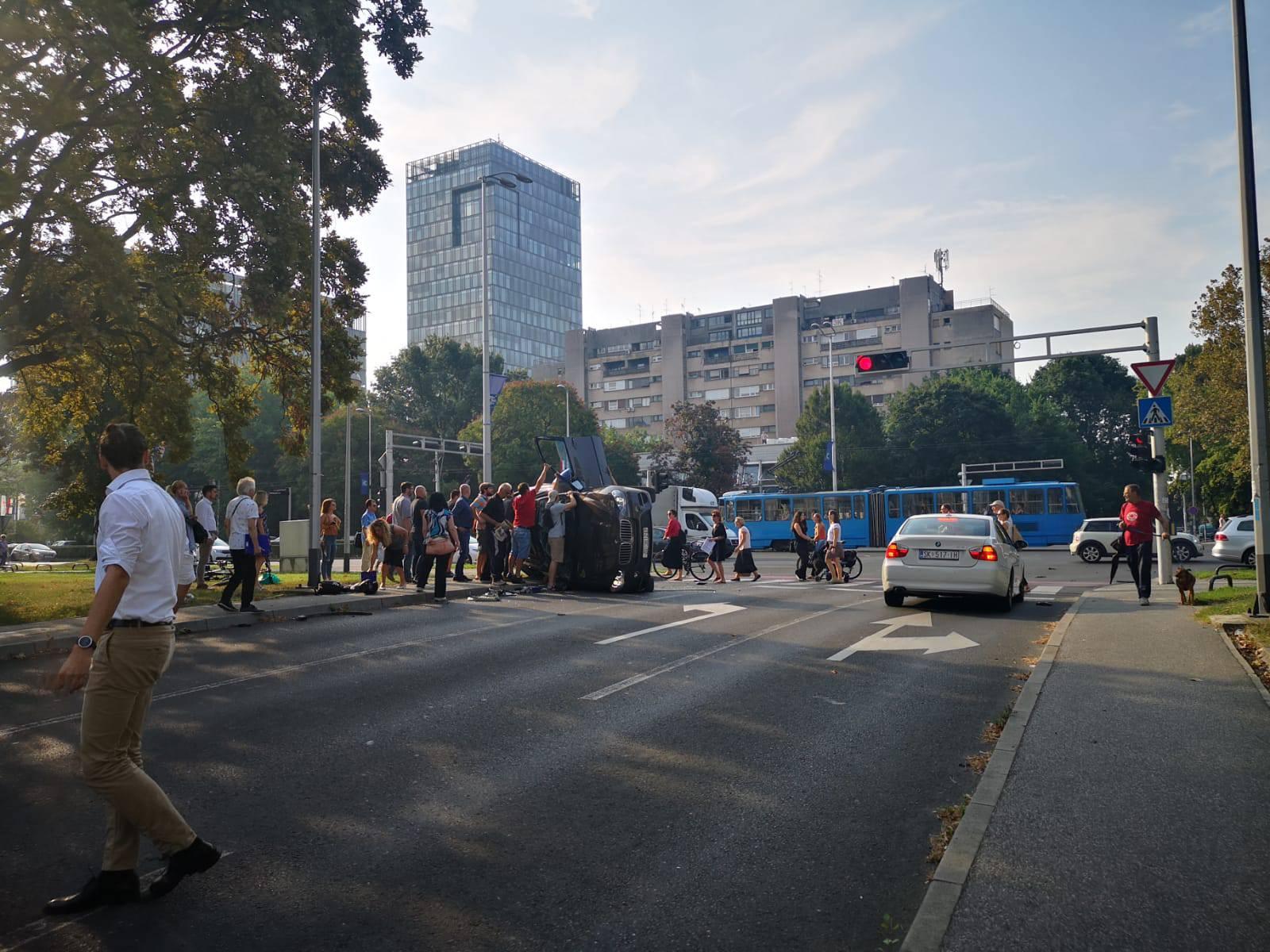 BMW završio na boku, građani izvlačili vozača i ženu iz auta