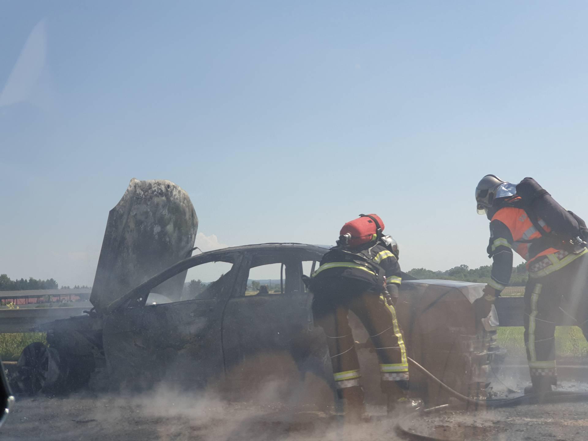 Auto se zapalio u vožnji, vozač  u šoku: 'Vatra je bila ogromna'