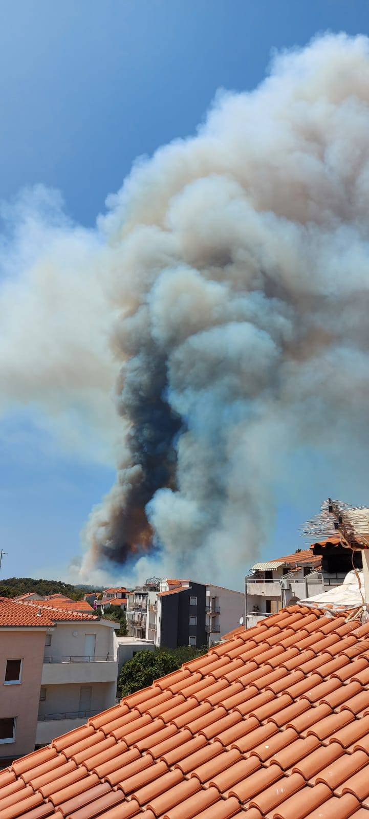 FOTOGALERIJA Na Čiovu izbio veliki požar, blizu je kuća, gusti dim gutao sve pred sobom