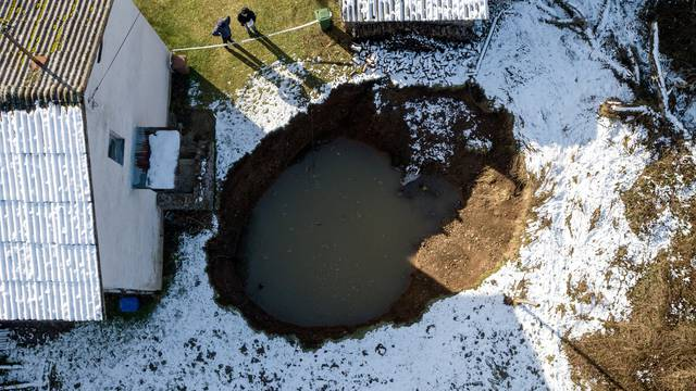 U selu Mečenčani stvaraju se goleme rupe u tlu