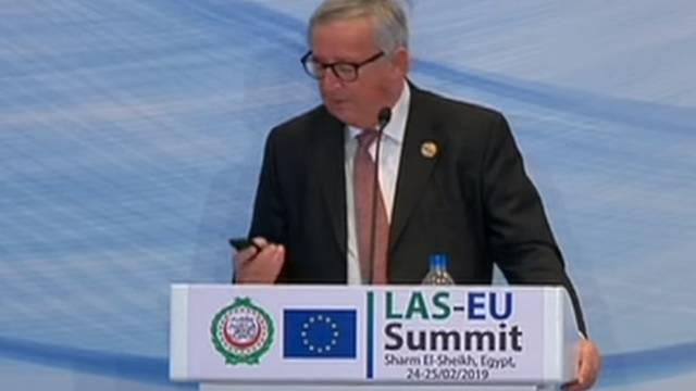 Juncker se usred govora javio ženi na mobitel: 'Morao sam...'