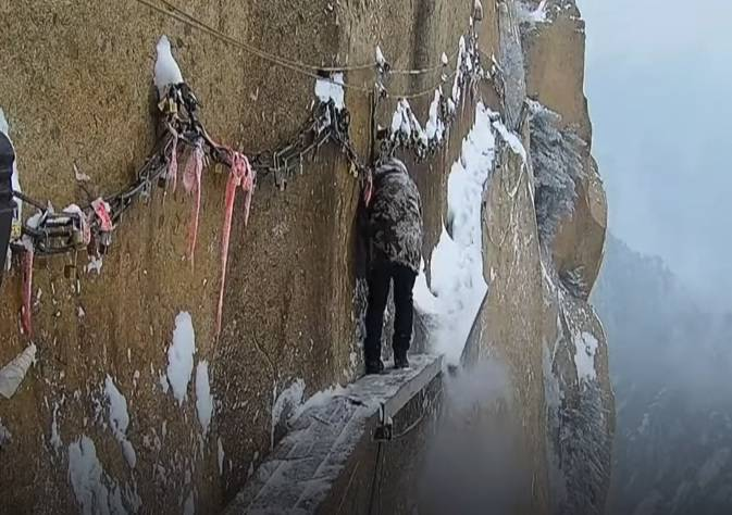 Najopasniju planinsku stazu od snijega čisti privezan užetom