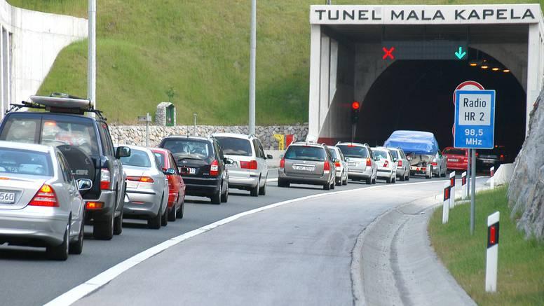 U najvećoj gužvi turistkinja se zaustavila na autocesti: Prepala se proći kroz tunel Mala Kapela