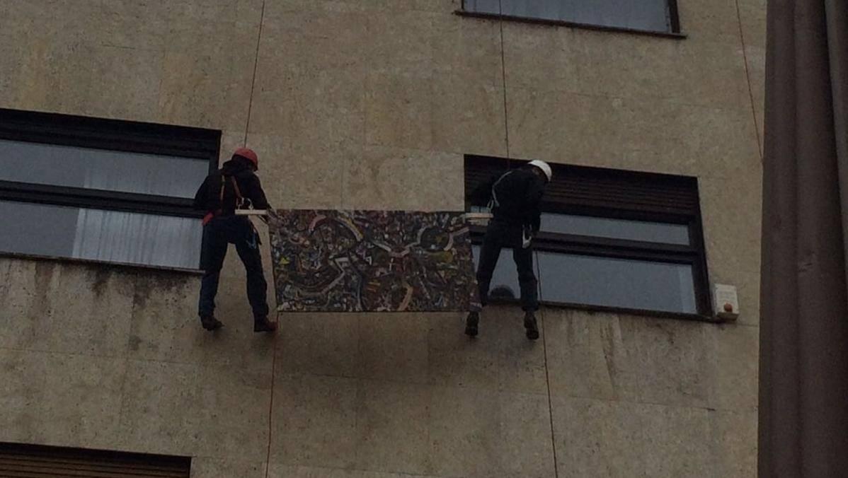 Akrobacije: Angažirali alpiniste koji spuštaju slike kroz prozor