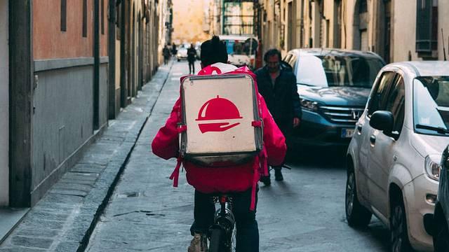 Duplo više naručujemo dostave: Na prag dolaze i meso, riba...