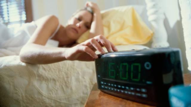 Riješite se jutarnjeg umora: Hodajte bosi, popijte čašu vode
