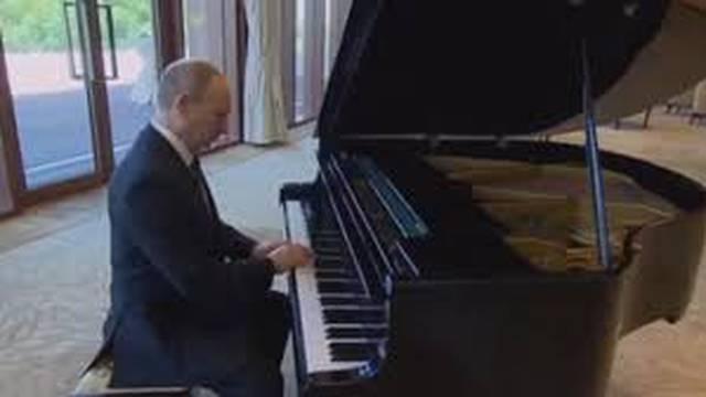 Bilo mu dosadno dok je čekao: Putin svirao sovjetske klasike