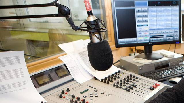 Policija privela muškarca koji je prijetio novinarima jer su pustili pjesmu Vinka Coce na radiju
