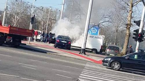 Na okretištu Dubrava zapalio se auto, vozač krenuo gasiti...