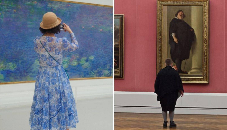 Fotografira posjetitelje muzeja koji se uklapaju u slike na zidu