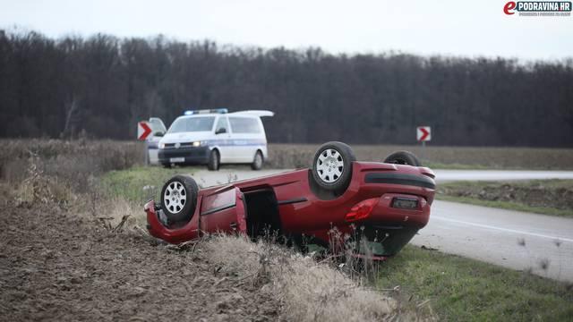 Lakše je ozlijeđen: 90-godišnjak jurio automobilom pa sletio s ceste i prevrnuo ga na krov