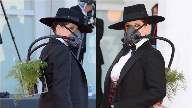 Redateljica na festival stigla s biljkom i gas maskom, poslala važnu poruku s crvenog tepiha