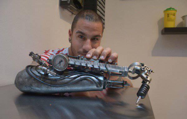 Kao Terminator: Izradili su mu protezu za ruku kojom tetovira