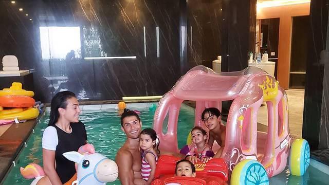 Ronaldova cura ne nosi gaćice kraj djece? Napali su je fanovi