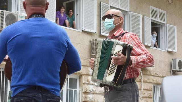 Dvojac zasvirao ispred bolnice u Šibeniku za sve djelatnike