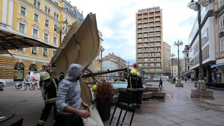 VIDEO Olujna bura na riječkom Korzu trgala suncobrane i tende