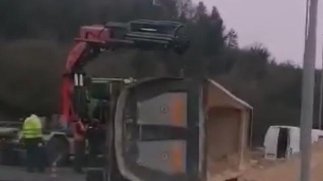 U Labinu se prevrnuo kamion