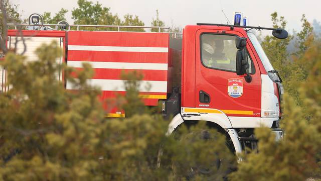 Ugašen požar kraj Klisa: Vatra progutala masline, spasili kuću