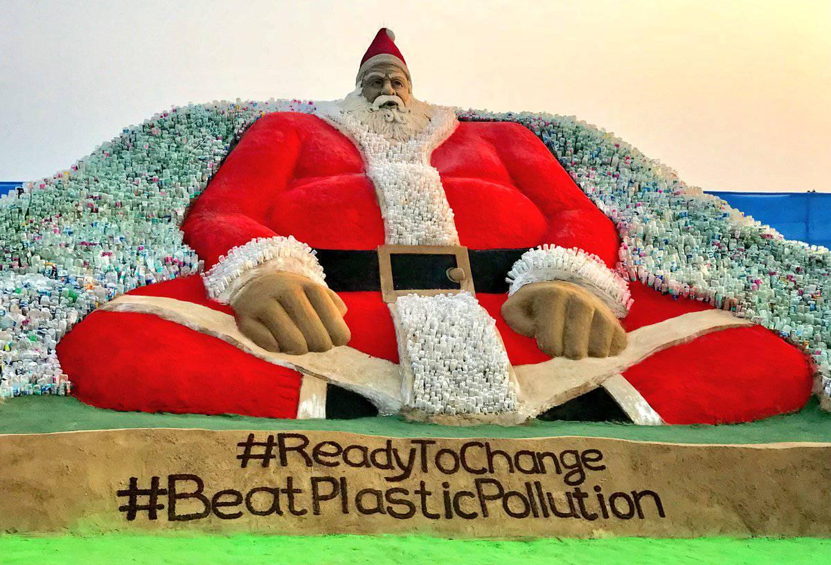 Indijac izradio ogromnog Djeda Božićnjaka od plastičnih boca