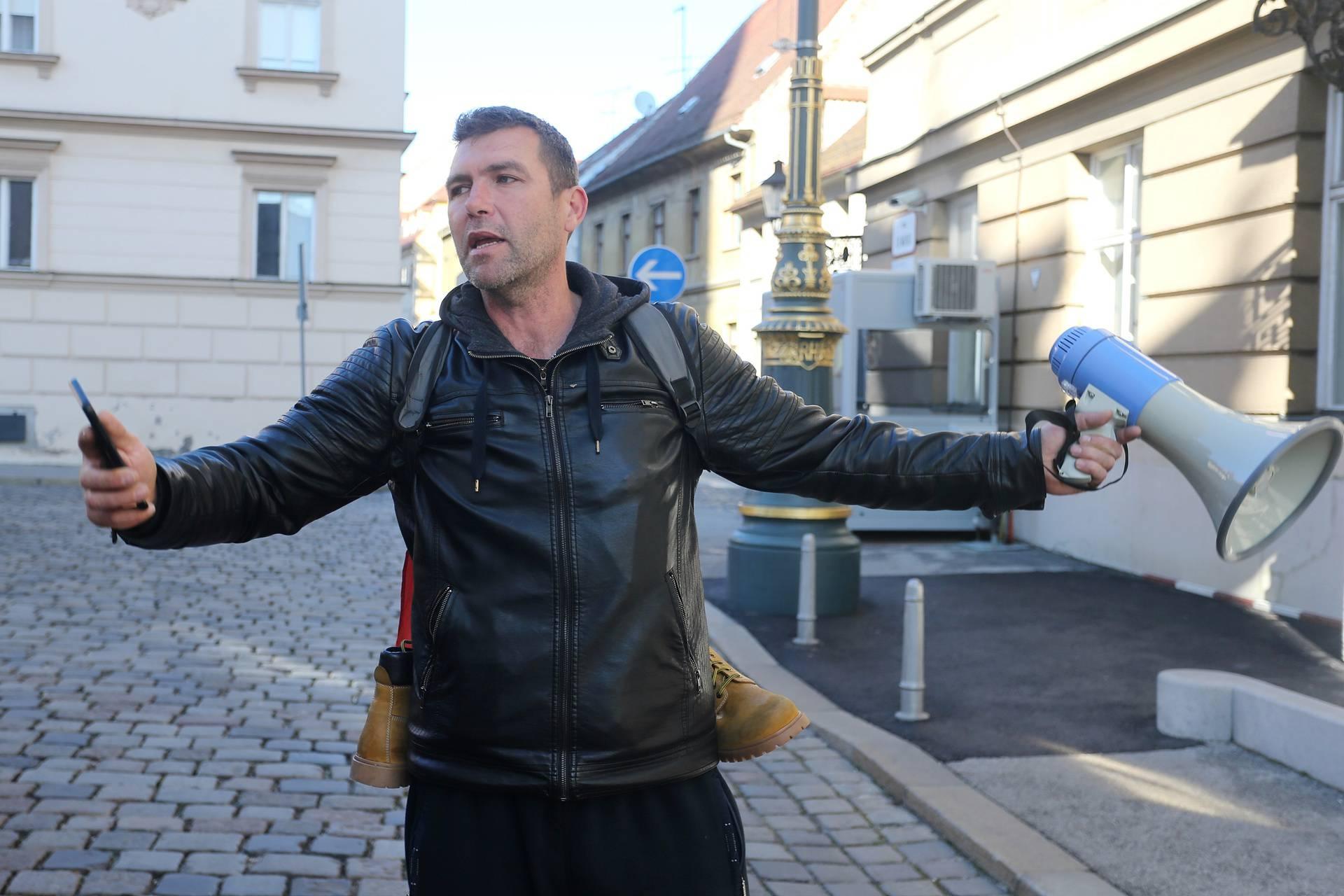 Zagreb: Ivo Matičević prosvjedovao je pred zgradom Hrvatskog sabora