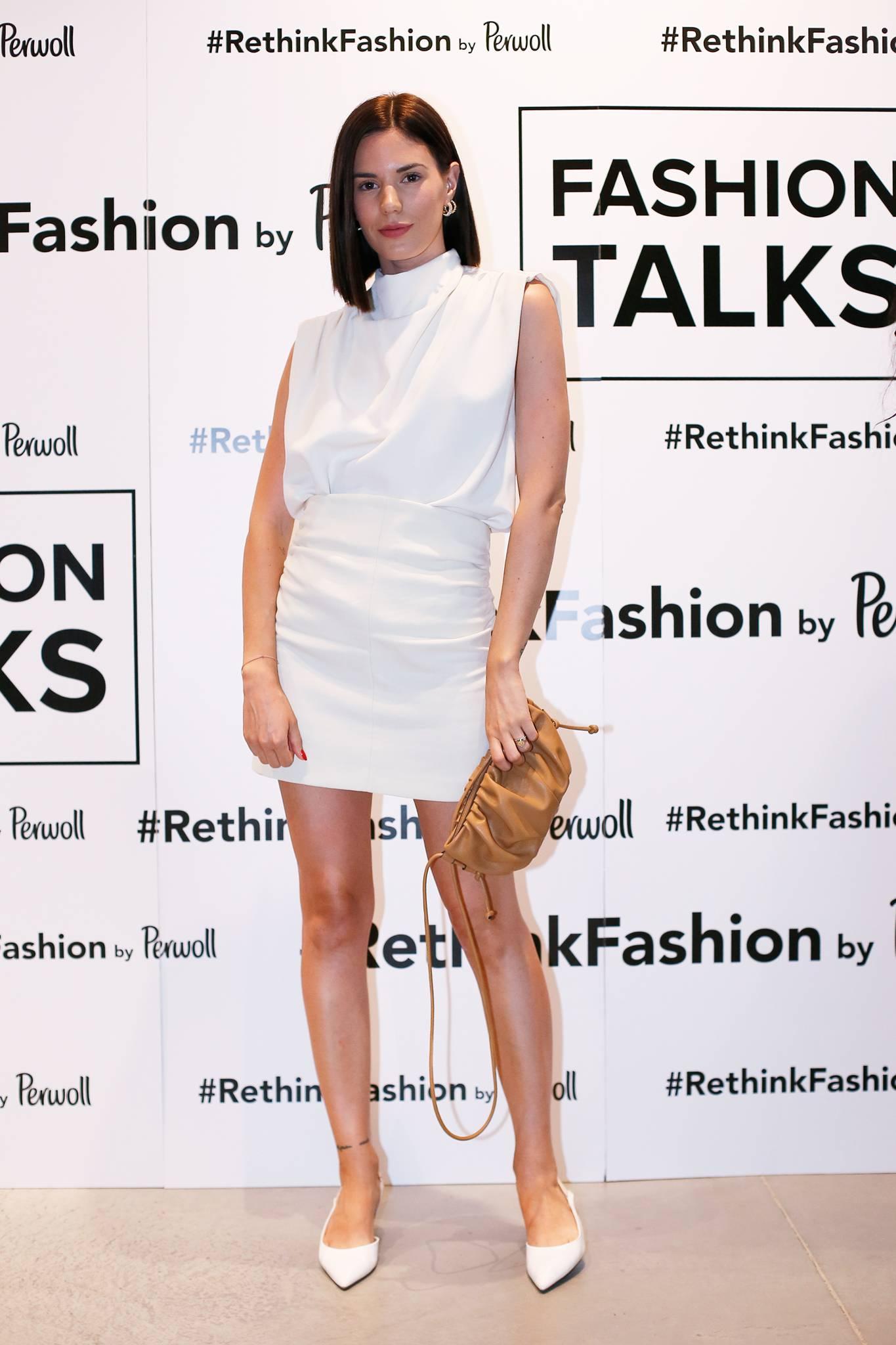 Minica i povišena ramena: Bijela kombinacija u znaku trendovskih detalja