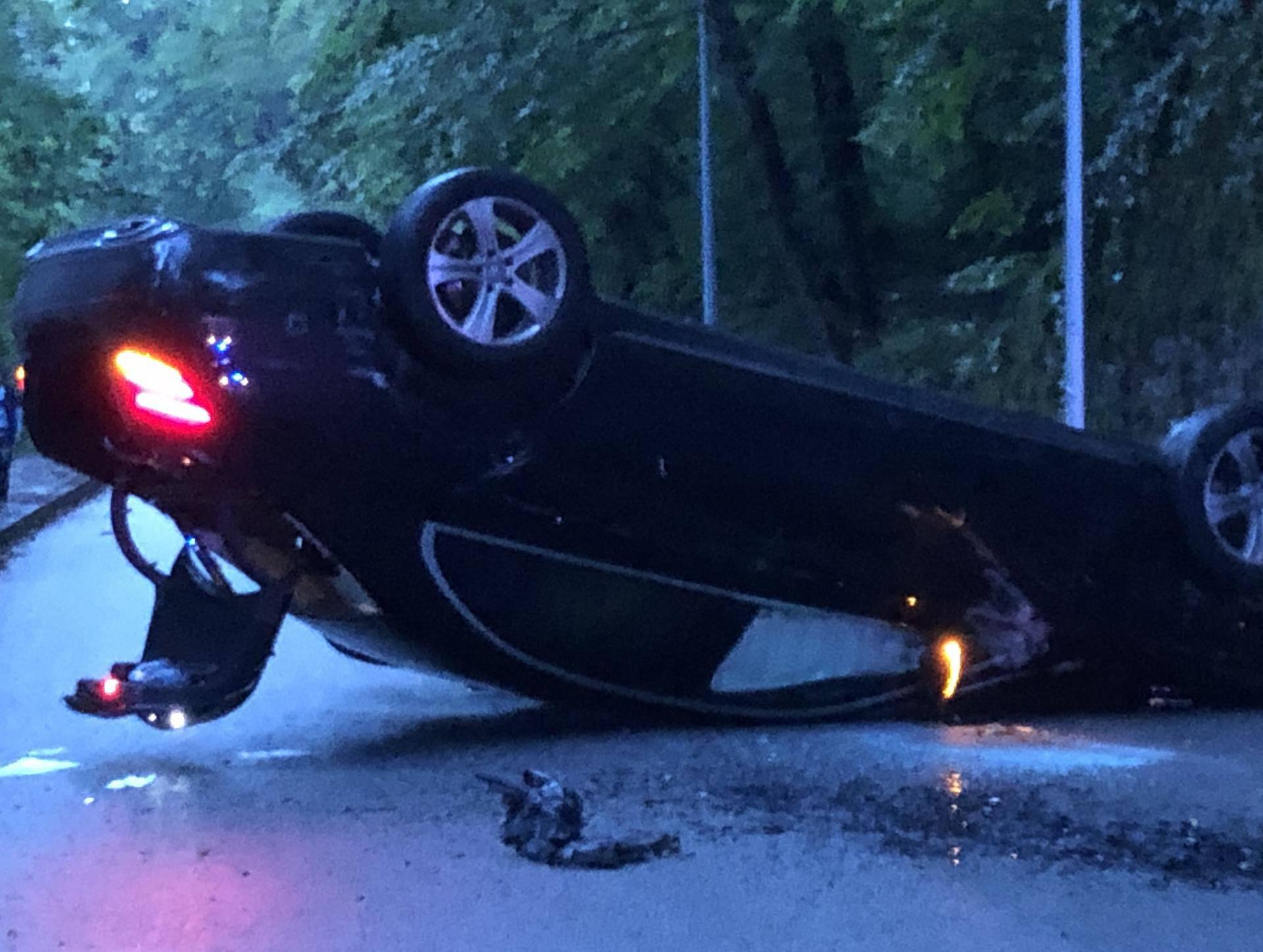 Prometna nesreća: Sletio je s ceste, auto završio na krovu