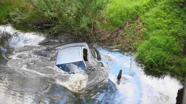 Kako izaći iz auta koji tone? Savjeti koji mogu spasiti život