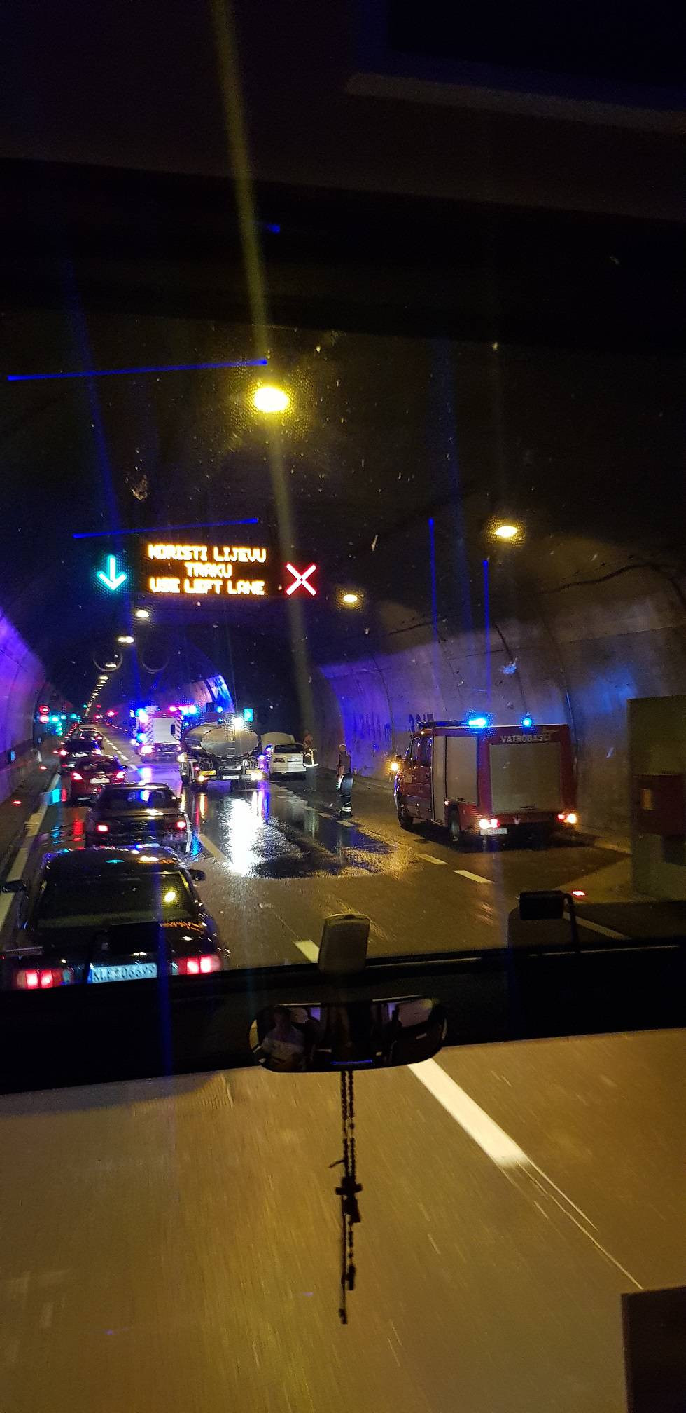 U tunelu Sveti Rok zapalio se automobil, nije bilo ozlijeđenih