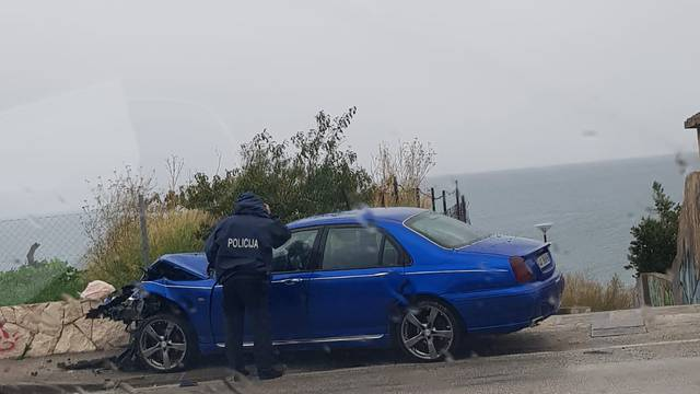 Nije se mogao zaustaviti zbog skliske ceste i udario vozilo ispred sebe - četvero ozlijeđenih