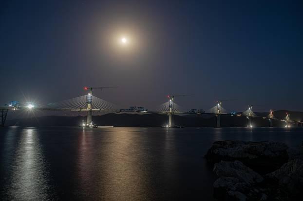 Na Pelješkom mostu radi se i noću: Spajaju se zadnji dijelovi
