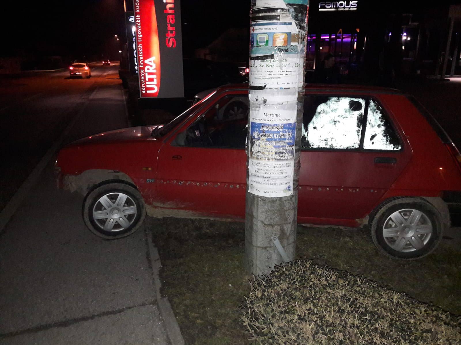 Autom oštetio izlog trgovine pa proletio kroz obližnju živicu