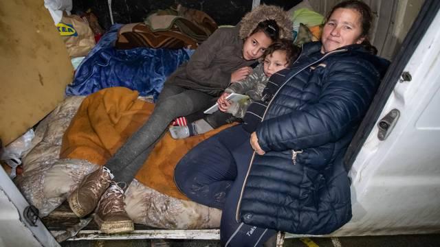 Glina: Nekoliko obitelji u automobilima i kombiju provodi noći na igralištu