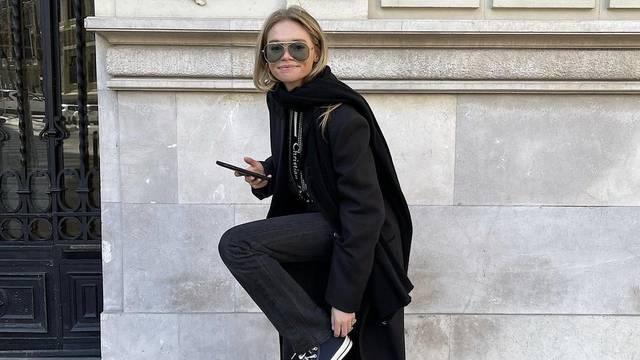 Taj divni minimalizam: Dugački crni kaput uz legendarne starke