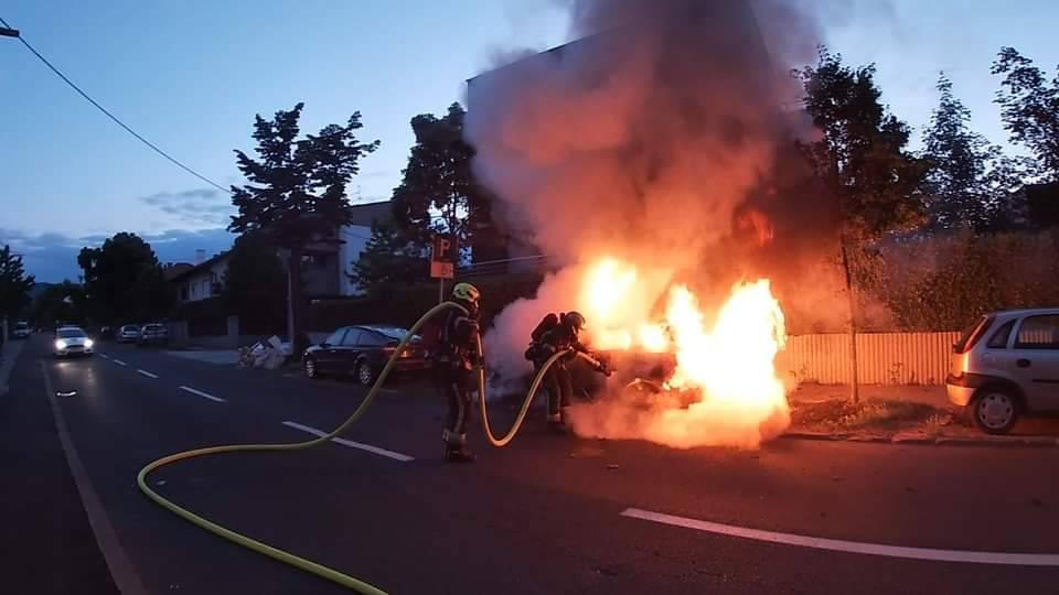 Izgorio auto obitelji u Zagrebu: 'Samo nam je još ovo trebalo'