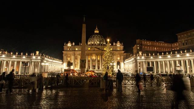 Trg u Vatikanu osvijetlile božićne lampice, jaslice i drvce