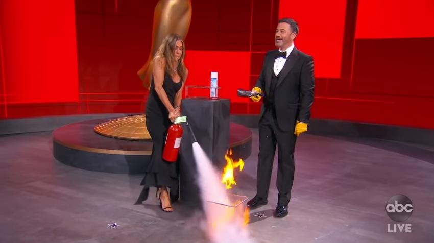 Hrabra Jennifer Aniston spasila Emmyje, gasila vatru u studiju