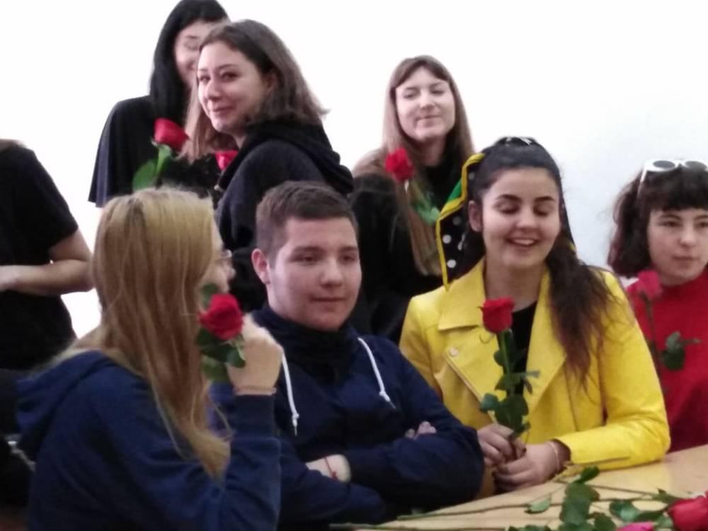 Splitski srednjoškolac poklonio 50 ruža ženama u svojoj školi