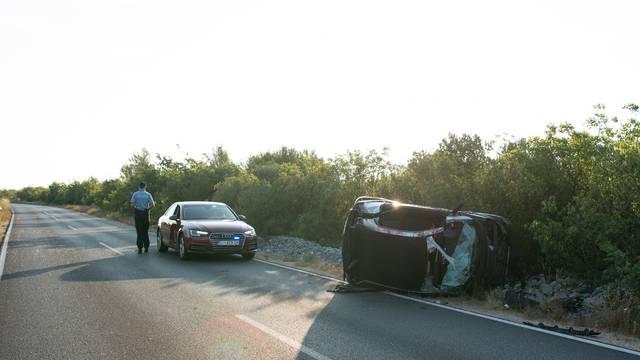 Sletio s ceste kod Srime: Automobil potpuno smrskan, a vozač pukom srećom preživio