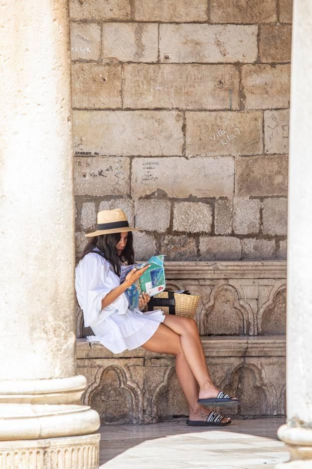 Turisti u obilasku stare jezgre Dubrovnika